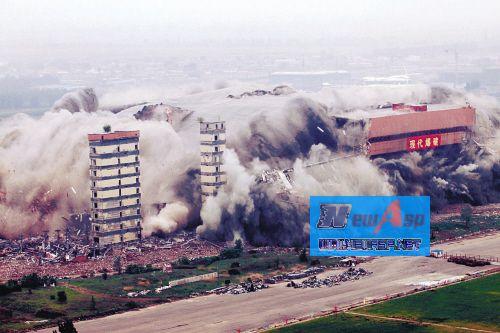 绿岛室内足球场昨成功爆破 3吨炸药熔断钢筋铁骨